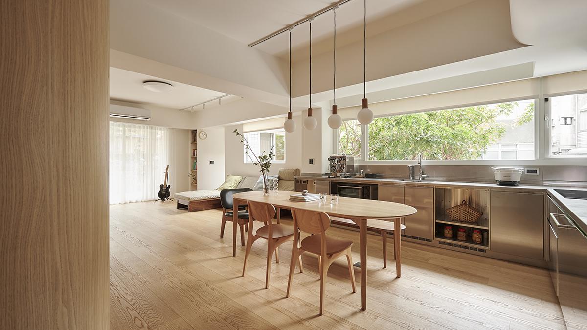 Căn hộ màu gỗ siêu ấm áp với cách phân chia không gian thông mình dành cho vợ chồng trẻ có 3 con nhỏ - Ảnh 10.