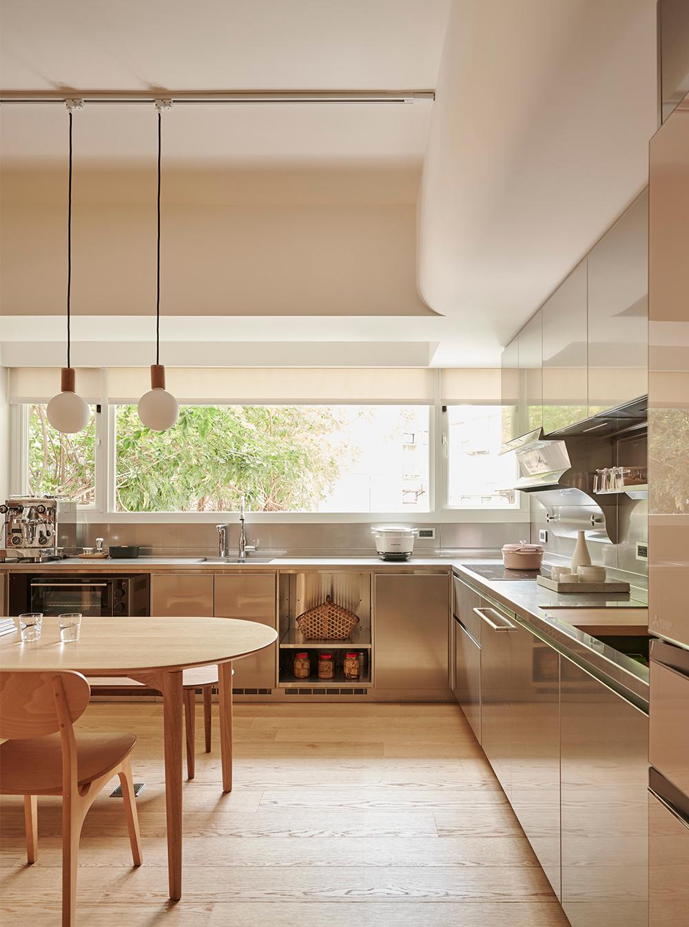 Căn hộ màu gỗ siêu ấm áp với cách phân chia không gian thông mình dành cho vợ chồng trẻ có 3 con nhỏ - Ảnh 12.