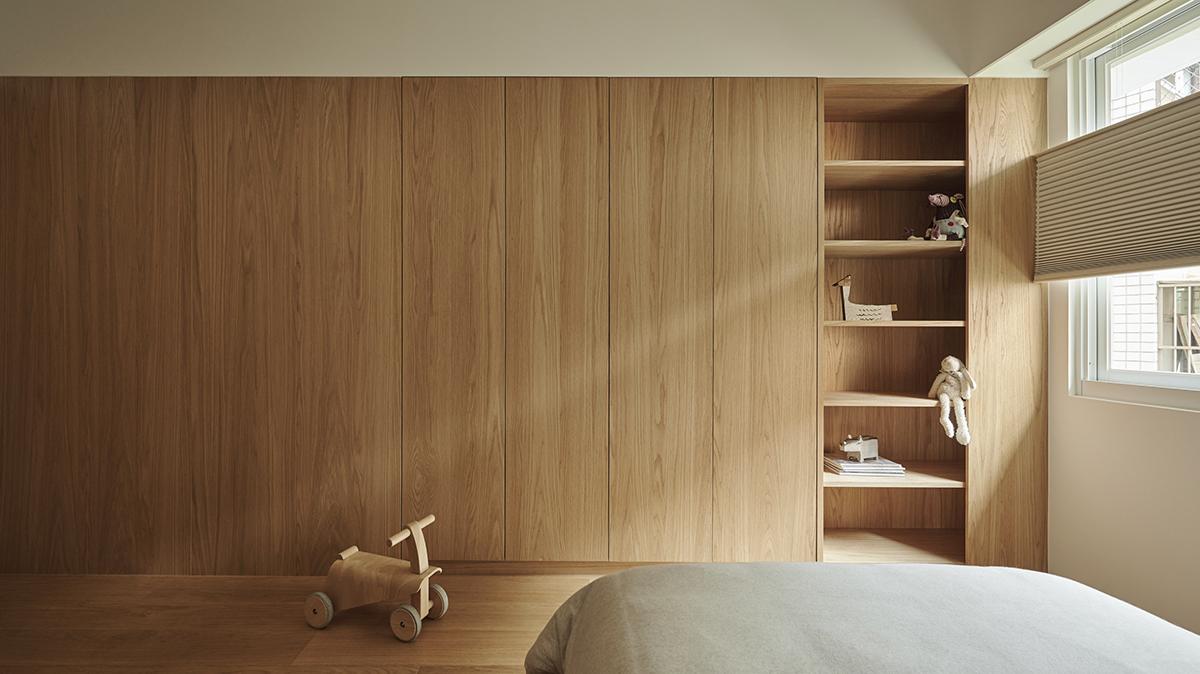 Căn hộ màu gỗ siêu ấm áp với cách phân chia không gian thông mình dành cho vợ chồng trẻ có 3 con nhỏ - Ảnh 14.