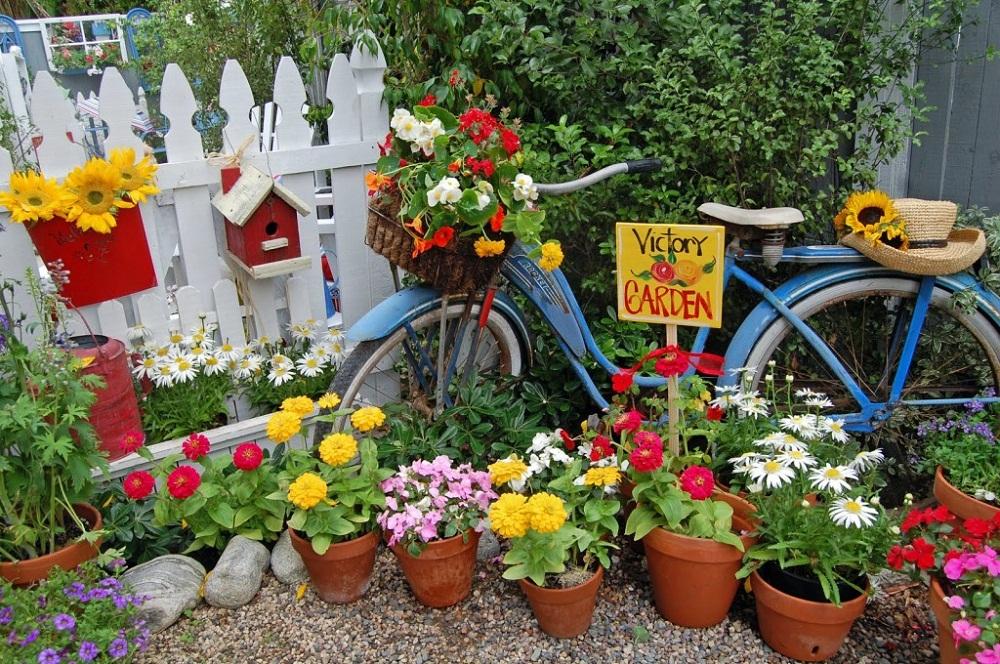 Tận dùng đồ cũ để trang trí khiến khu vườn của bạn trở nên sống động hơn bao giờ hết - Ảnh 1.