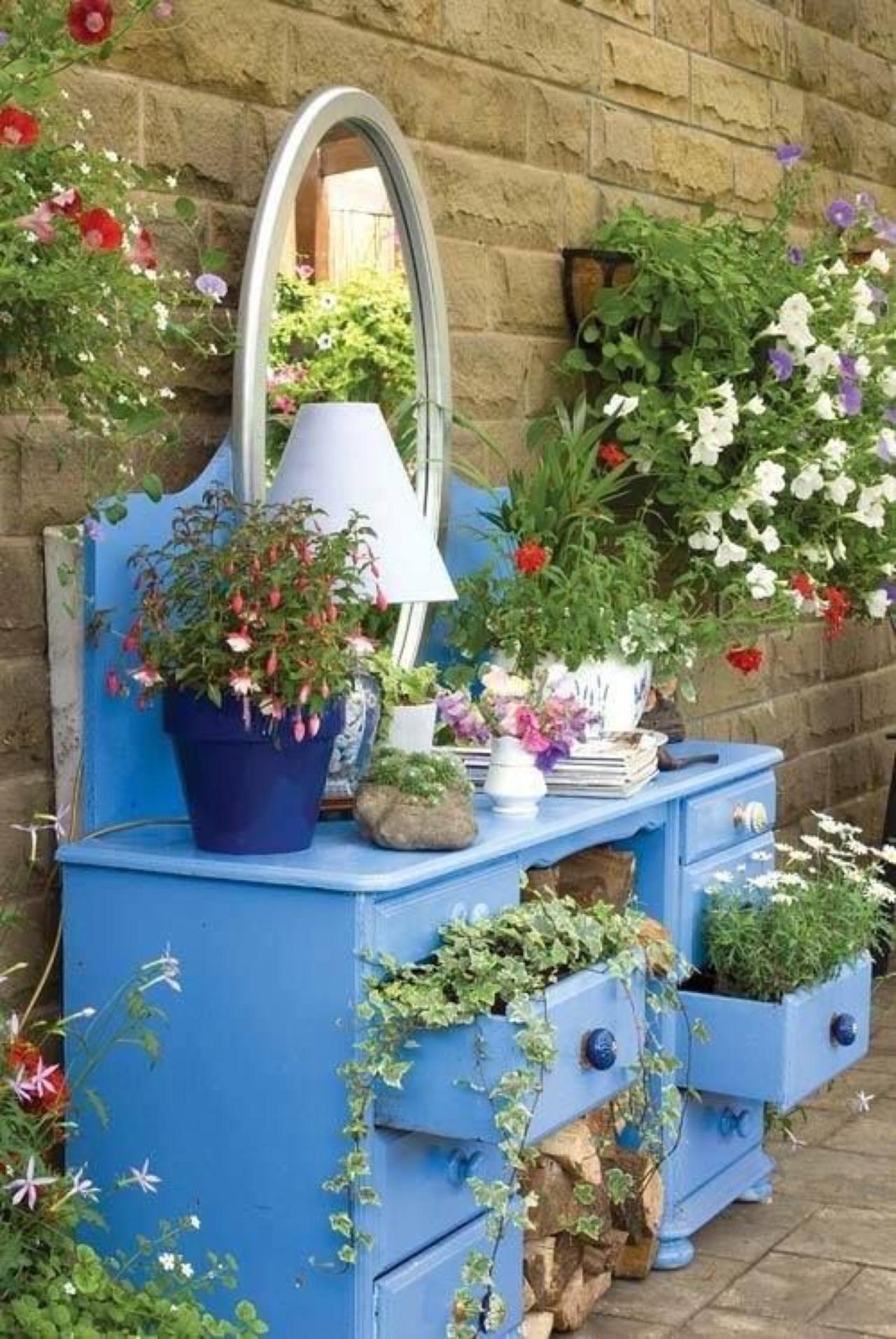Tận dùng đồ cũ để trang trí khiến khu vườn của bạn trở nên sống động hơn bao giờ hết - Ảnh 7.