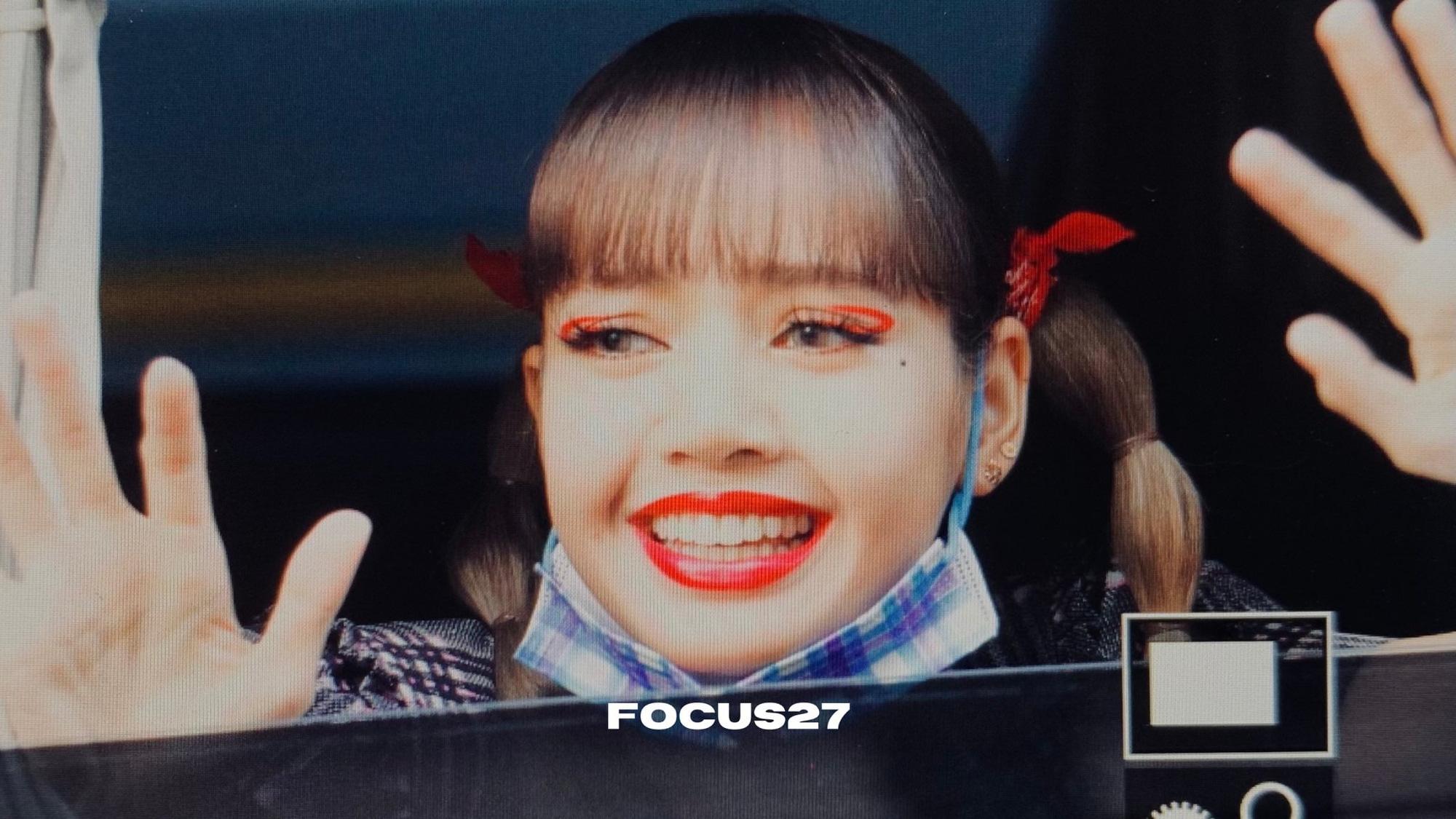 """Lisa dạo này hay lộ ảnh """"kém xinh"""", do makeup sơ sẩy khiến visual tuột điểm hay có ẩn ý gì chăng? - Ảnh 12."""