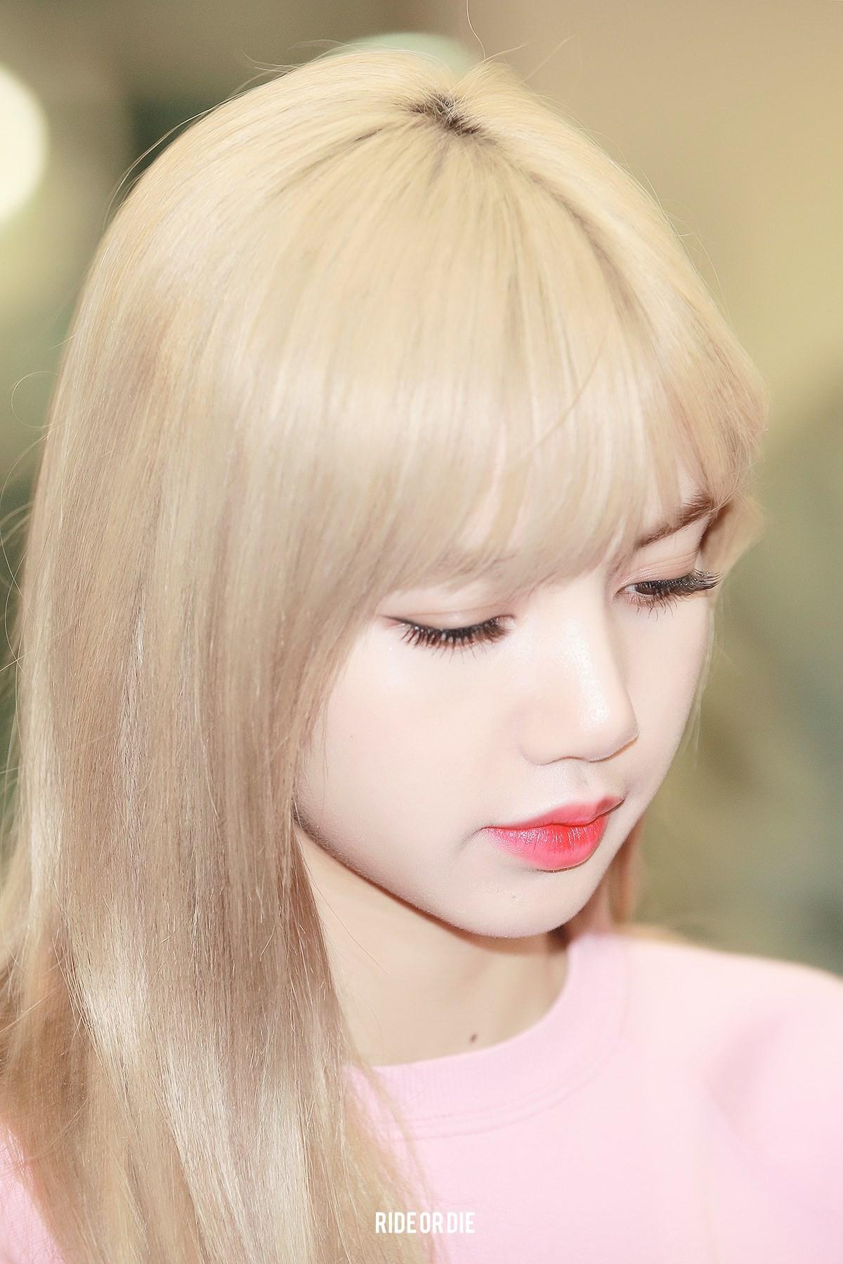 """Lisa dạo này hay lộ ảnh """"kém xinh"""", do makeup sơ sẩy khiến visual tuột điểm hay có ẩn ý gì chăng? - Ảnh 2."""