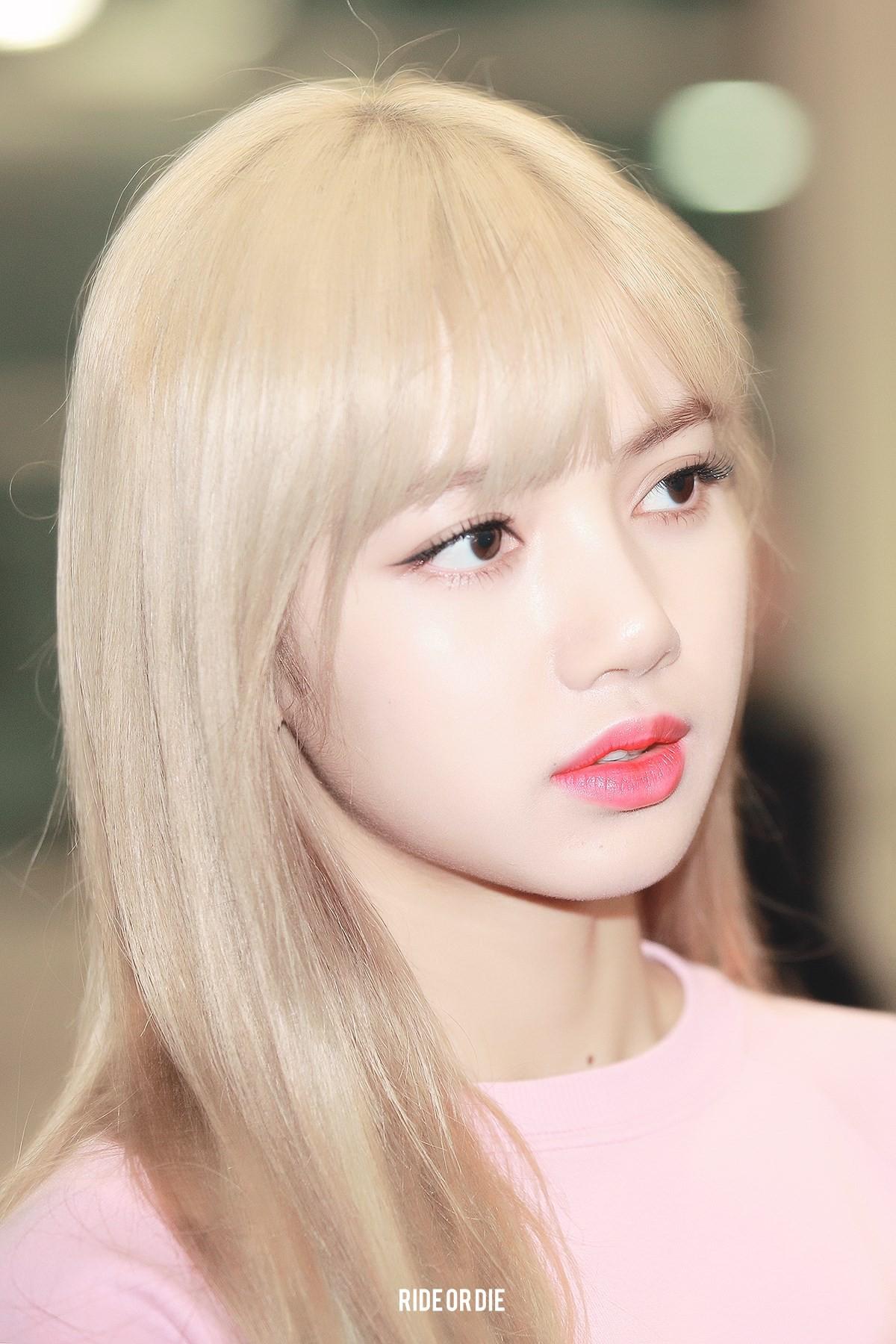 """Lisa dạo này hay lộ ảnh """"kém xinh"""", do makeup sơ sẩy khiến visual tuột điểm hay có ẩn ý gì chăng? - Ảnh 1."""