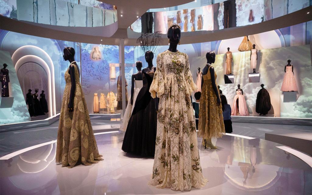 """""""Tù chân"""" vì dịch? Cùng ghé New York để ngắm 2 triển lãm thời trang mà cả thiên hạ đang đổ về xem"""