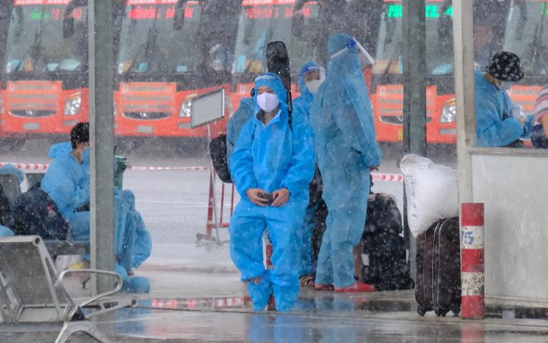 """200 bà bầu rời TP.HCM tránh dịch trong cơn mưa tầm tã: """"Hết tiền rồi, về quê đẻ thôi"""""""