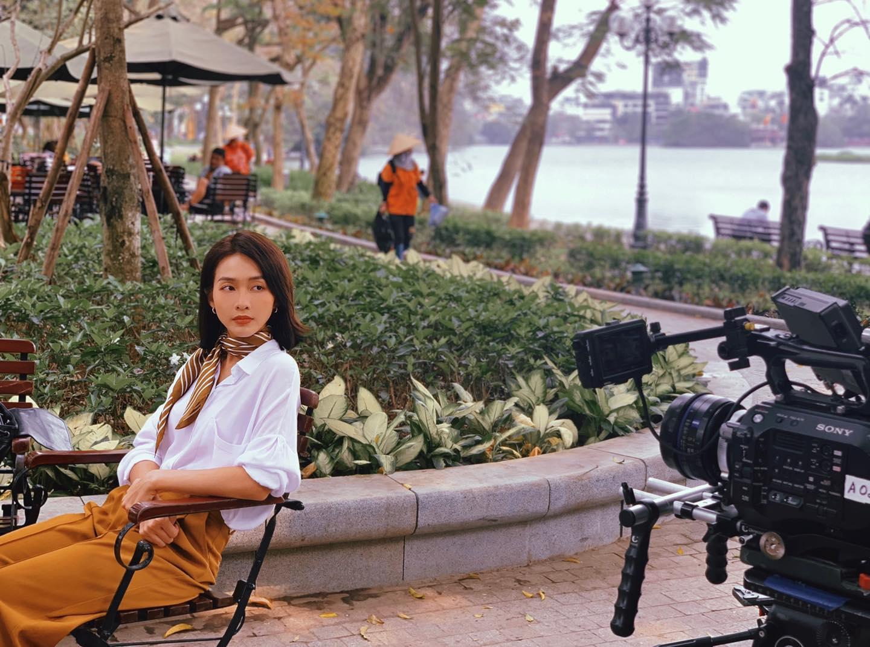 Khả Ngân style trong phim Khả Ngân style trong phim có loạt cách diện áo trắng vừa đẹp vừa sang để nàng công sở copy theo - Ảnh 6.