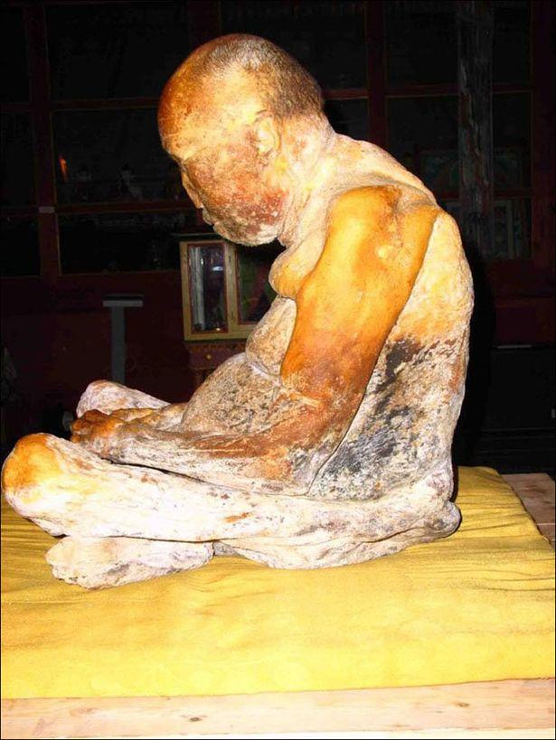 """Chuyện kỳ quái về xác ướp trăm tuổi của nhà sư: Nguyên vẹn đến mức khó tin khi tìm thấy, 14 năm sau xuất hiện nghi vấn """"hồi sinh"""" rùng rợn mãi là bí ẩn không lời giải - Ảnh 3."""