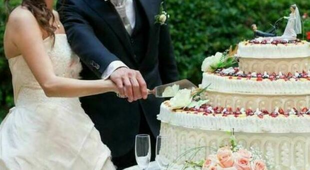 """Cô dâu được mẹ chồng hối ăn bánh cưới, chú rể ngăn cản và vạch trần việc làm tàn độc của mẹ, thái độ """"kẻ ác"""" gây chú ý - Ảnh 2."""