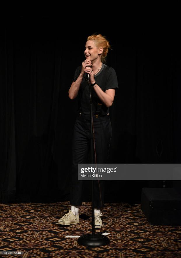 Ngược đời như Kristen Stewart: Diện đồ có đắt đến mấy cũng chỉ thích xỏ đôi giày cũ mèm này - Ảnh 1.