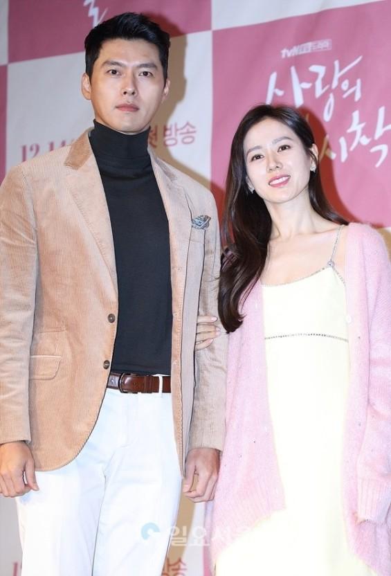Hyun Bin bị soi mặc lại đồ cũ nhưng gây chú ý lại là chi tiết có liên quan đến Son Ye Jin, fan thảng thốt: Đúng là có người yêu khác hẳn - Ảnh 3.