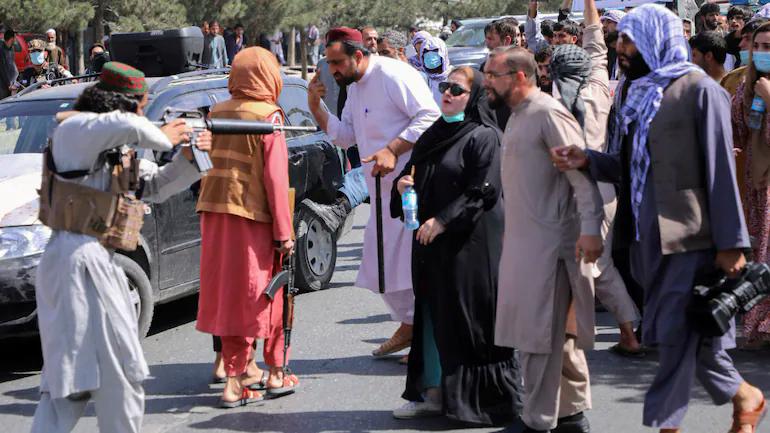 Phụ nữ Afghanistan vùng dậy bất chấp nòng súng, roi, gậy của Taliban - Ảnh 1.