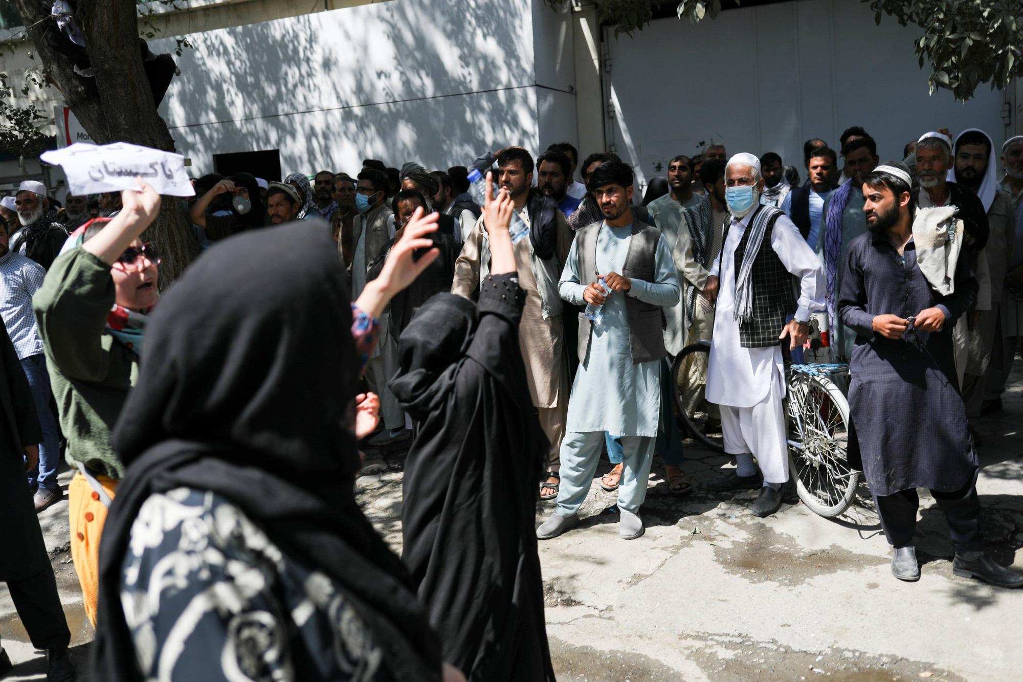 Phụ nữ Afghanistan vùng dậy bất chấp nòng súng, roi, gậy của Taliban - Ảnh 2.