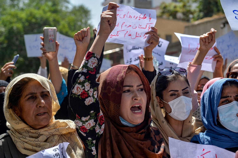 Phụ nữ Afghanistan vùng dậy bất chấp nòng súng, roi, gậy của Taliban - Ảnh 3.