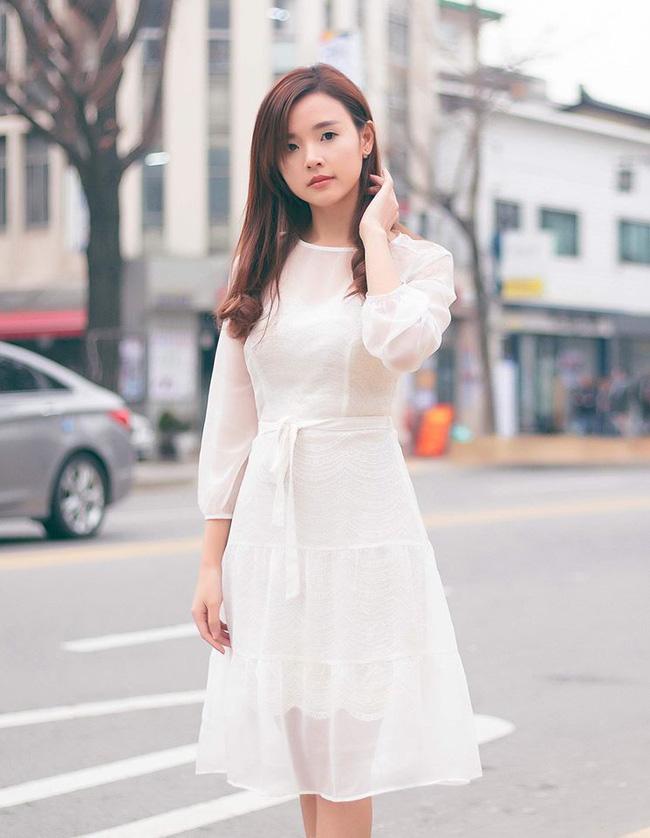 Ngọc Trinh nhìn hiền khô với tóc mái mưa, Phạm Hương giản dị đi mua sắm ở chợ quê - Ảnh 22.
