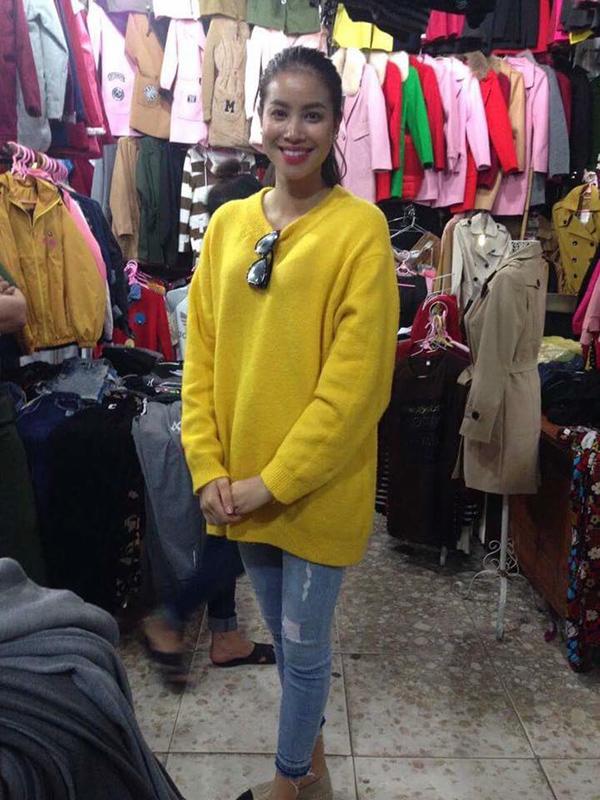 Ngọc Trinh nhìn hiền khô với tóc mái mưa, Phạm Hương giản dị đi mua sắm ở chợ quê - Ảnh 2.
