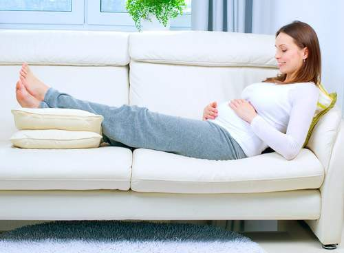 Mẹo hay giúp bà bầu hạn chế bị phù nề khi mang thai - Ảnh 2.
