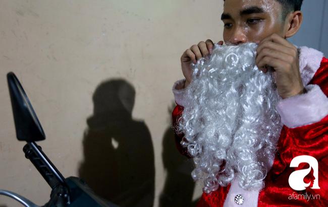 TP.HCM: Ông già tuyết tất bật đi phát quà Noel kiếm tiền triệu - Ảnh 7.