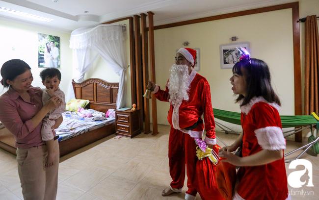 TP.HCM: Ông già tuyết tất bật đi phát quà Noel kiếm tiền triệu - Ảnh 8.