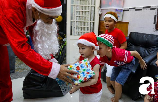 TP.HCM: Ông già tuyết tất bật đi phát quà Noel kiếm tiền triệu - Ảnh 12.