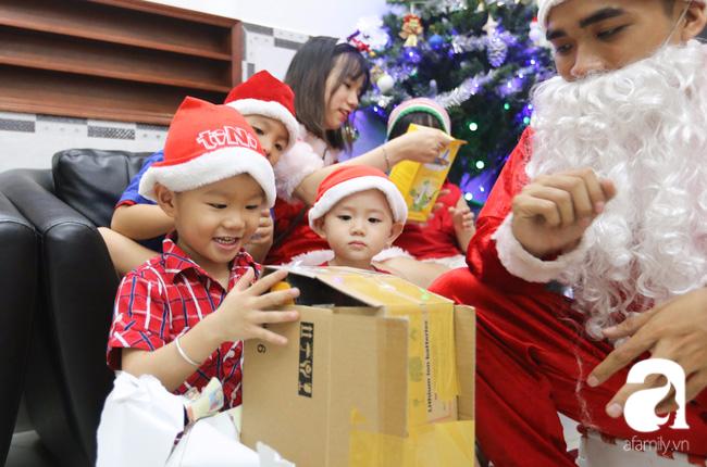 TP.HCM: Ông già tuyết tất bật đi phát quà Noel kiếm tiền triệu - Ảnh 14.