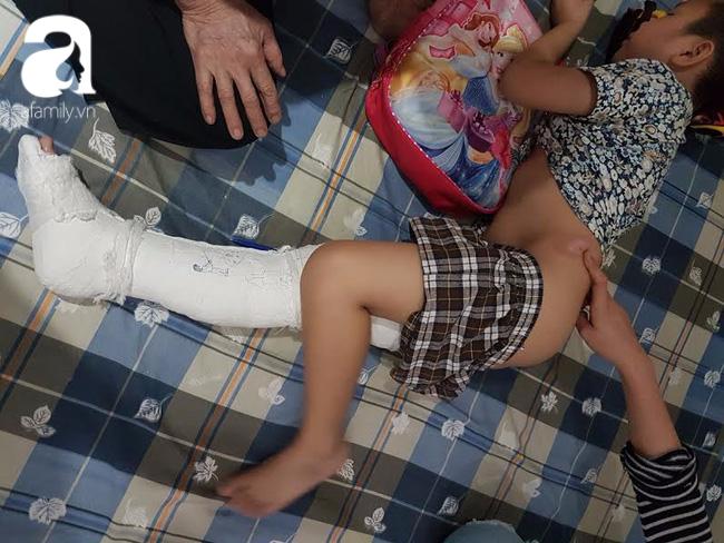 Học sinh lớp 2 bị gãy chân, gia đình nói do xe ô tô đâm trong sân trường, nhà trường nói tự ngã - Ảnh 1.