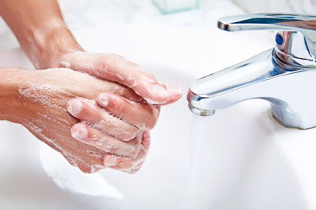 Vòi nước bỗng trắng sáng như mới mà không cần phải cọ rửa khi bạn quấn khăn giấy ngâm dung dịch này - Ảnh 1.