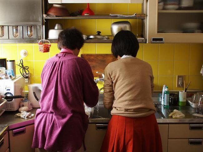 Những thanh niên chuột túi sống trong lòng mẹ ở Hàn Quốc - Ảnh 2.