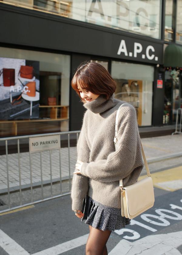 4 tips mặc áo len cổ lọ thật phong cách trong ngày trở lạnh - Ảnh 3.