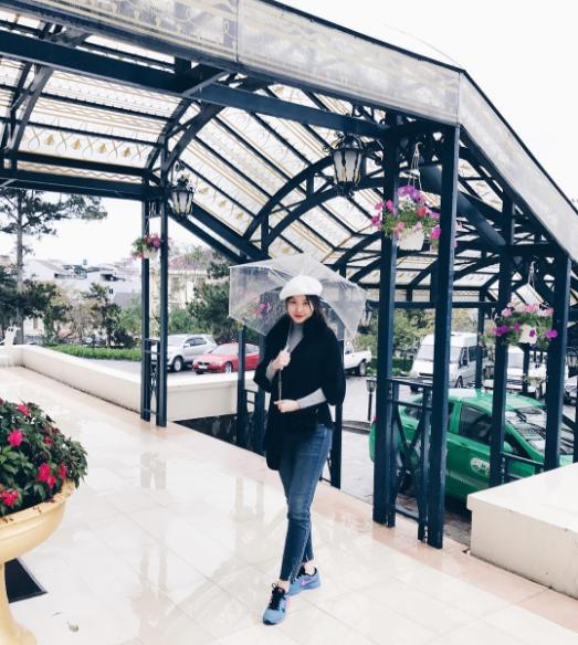 Ngọc Trinh nhìn hiền khô với tóc mái mưa, Phạm Hương giản dị đi mua sắm ở chợ quê - Ảnh 16.