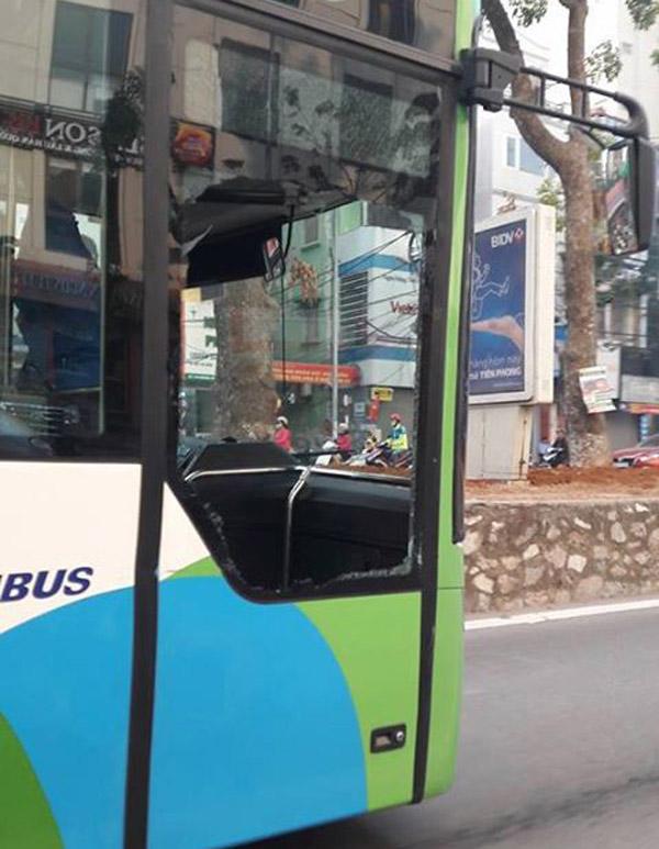 Hà Nội: Taxi va chạm với buýt nhanh BRT khiến cửa kính bị vỡ tan - Ảnh 1.