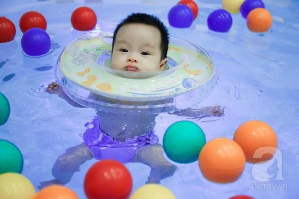 Đột nhập trung tâm mát-xa dưới nước cho trẻ sơ sinh xem các bé bơi nổi từ 5 tuần tuổi - Ảnh 5.