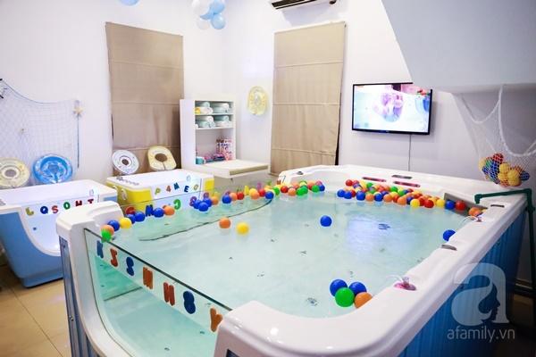 Đột nhập trung tâm mát-xa dưới nước cho trẻ sơ sinh xem các bé bơi nổi từ 5 tuần tuổi - Ảnh 2.
