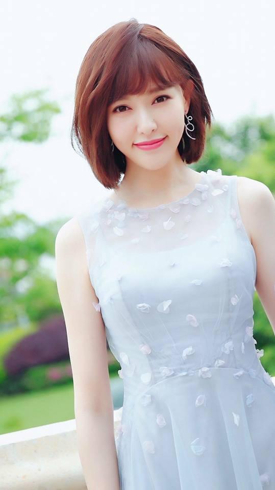 Đường Yên váy hoa bồng bềnh, đẹp dịu dàng cùng tóc ngắn  - Ảnh 1.