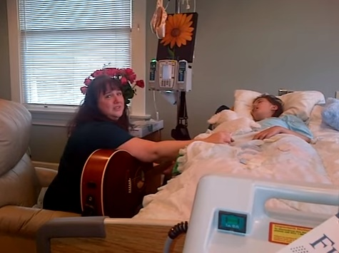 Lúc con gái ung thư rơi vào hôn mê sâu, ông bố này đã chụp được khoảnh khắc xúc động của vợ và con - Ảnh 2.