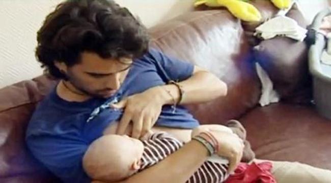 Khi mẹ vắng nhà thì đây là cách những ông bố cho con uống sữa - Ảnh 10.