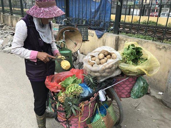 Đi xin cơm thừa, bà bán rau tiết kiệm 700 triệu làm hồi môn - Ảnh 1.