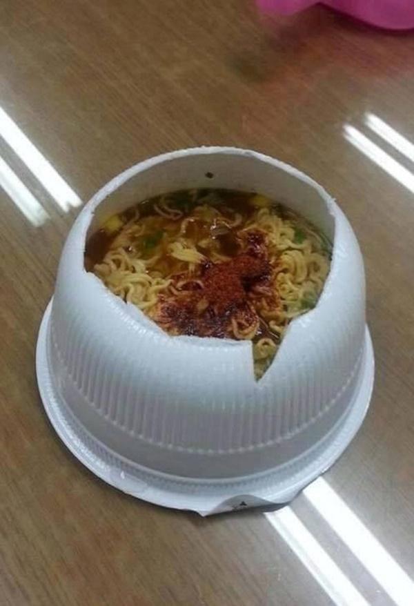 Mẹ không cho ăn mì vì nóng, thanh niên ngang nhiên bỏ thạch sương sa vào ăn để giải nhiệt - Ảnh 10.