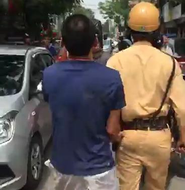 Hà Nội: Vi phạm giao thông, va chạm với người đi đường lao như phim hành động - Ảnh 2.