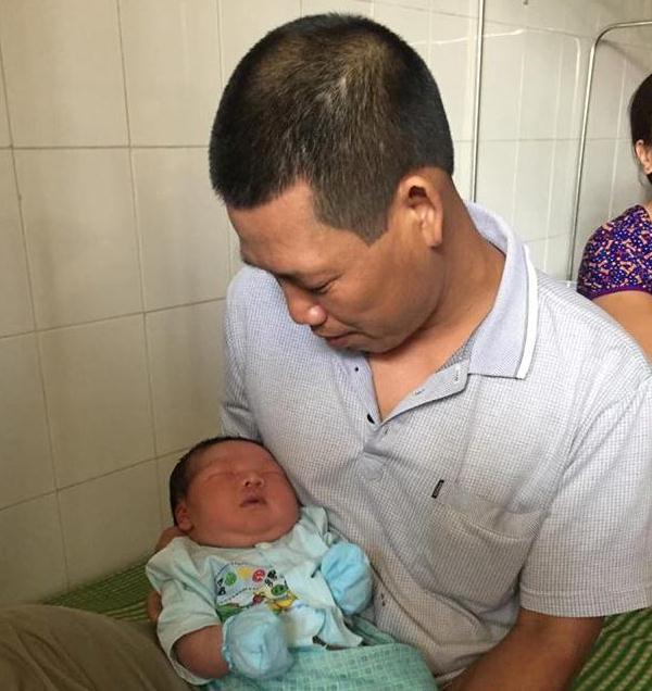 Bố cháu bé sơ sinh nặng kỷ lục sinh ở Vinh Phúc: Tôi không tin sự thật nên phải cân lại - Ảnh 3.