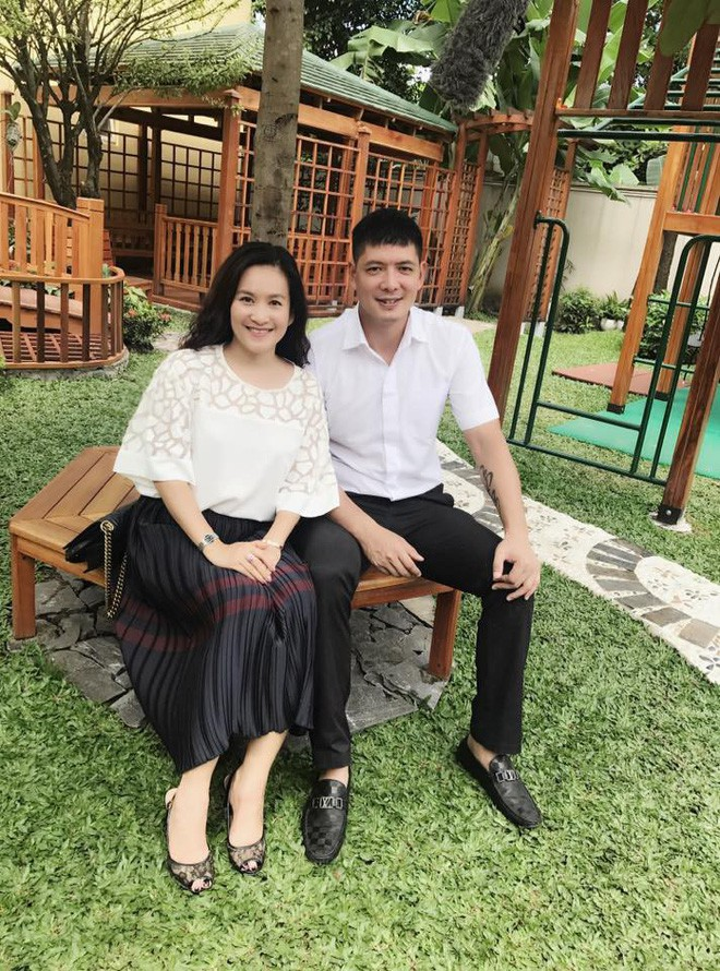 Những người vợ vừa giàu vừa giỏi đứng sau ánh hào quang của các nam nghệ sĩ Việt - Ảnh 17.