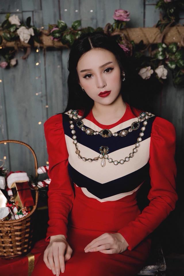 Huyền Baby khoe ảnh Giáng sinh đẹp lung linh, dân mạng khen xinh không kém Angela Baby - Ảnh 4.