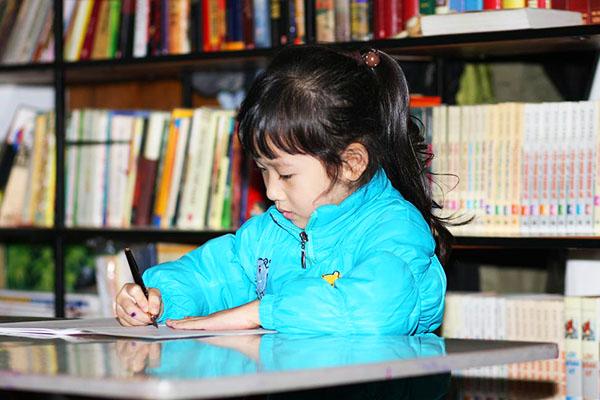 Thay vì ép con học chữ sớm, bố mẹ cần làm việc này để con quen với chữ trước khi vào lớp 1 - Ảnh 1.