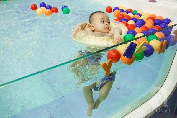 Đột nhập trung tâm mát-xa dưới nước cho trẻ sơ sinh xem các bé bơi nổi từ 5 tuần tuổi - Ảnh 14.