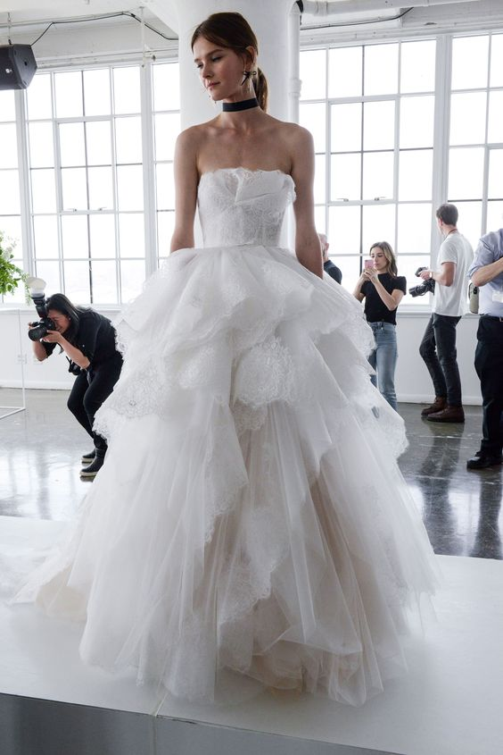 Muốn gây ấn tượng trong ngày trọng đại, các cô dâu đừng bỏ qua 7 mẫu váy này - Ảnh 4.