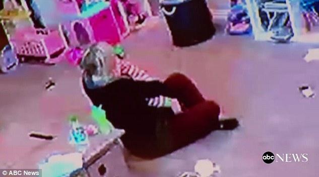 Đứng tim theo dõi bà mẹ nhanh trí cứu con gái 1 tuổi khỏi nghẹt thở vì hóc bim bim - Ảnh 5.