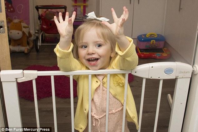 Màn vượt ngục bằng sợi dây chuyền đồ chơi gây sốc của cô bé 2 tuổi  - Ảnh 3.