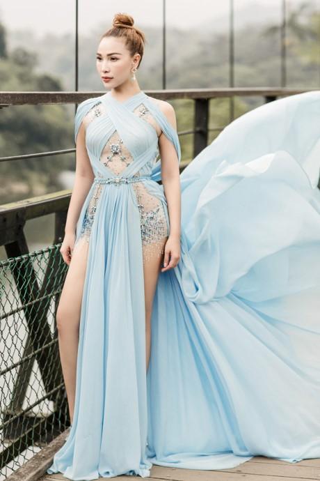 Cùng diện thiết kế váy khoét sâu xẻ cao này, nhưng không một ai duyên dáng được như Huyền My - Ảnh 6.