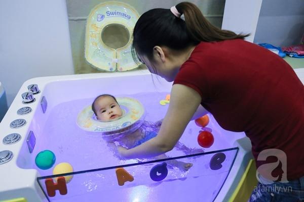 Đột nhập trung tâm mát-xa dưới nước cho trẻ sơ sinh xem các bé bơi nổi từ 5 tuần tuổi - Ảnh 7.