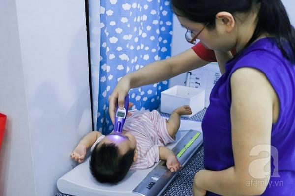 Đột nhập trung tâm mát-xa dưới nước cho trẻ sơ sinh xem các bé bơi nổi từ 5 tuần tuổi - Ảnh 8.